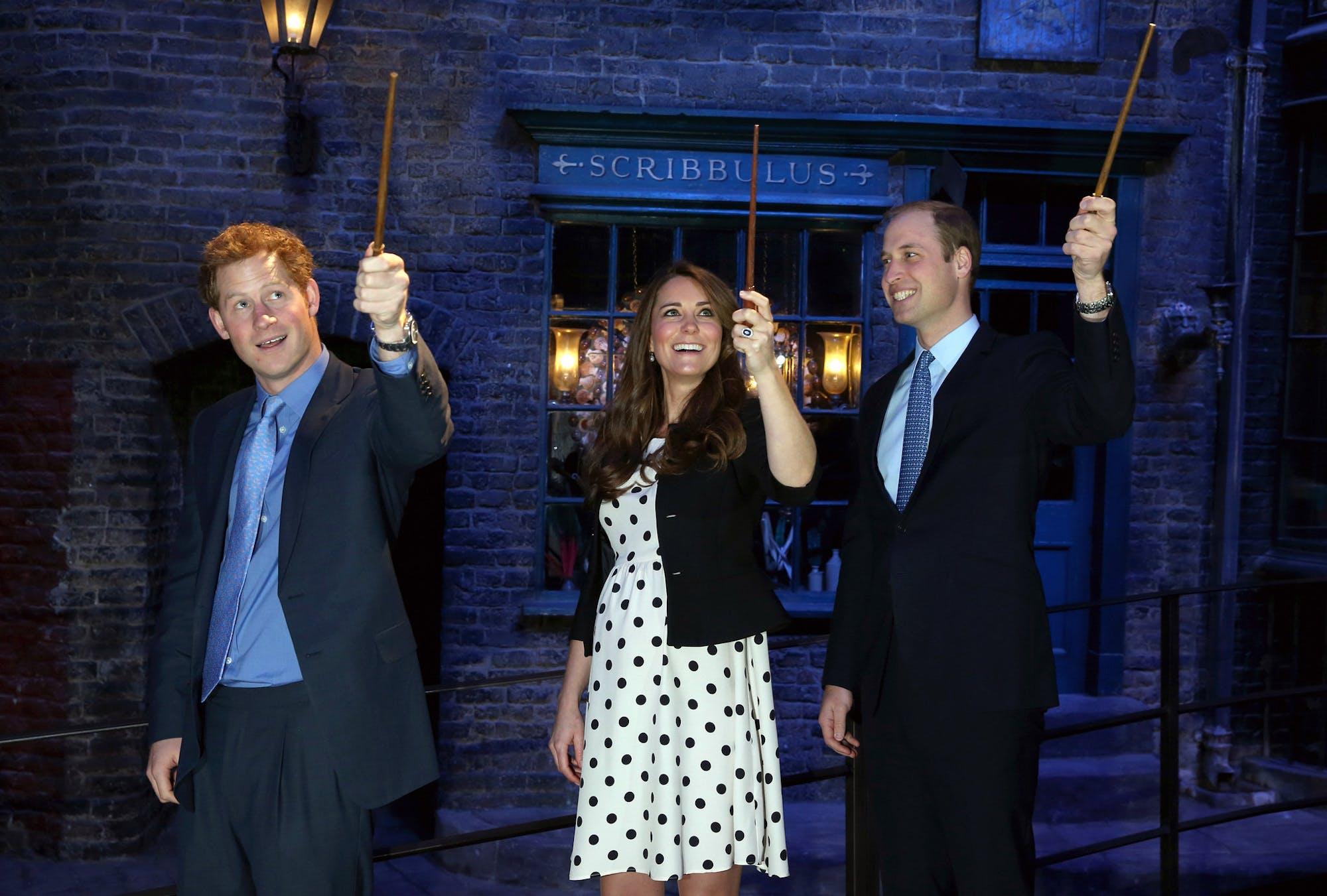 Harry, Kate Middleton et William dans le décor d'Harry Potter
